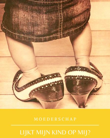 op deze foto zie je een kind in haar moeders schoenen, lijkt mijn kind op mij?